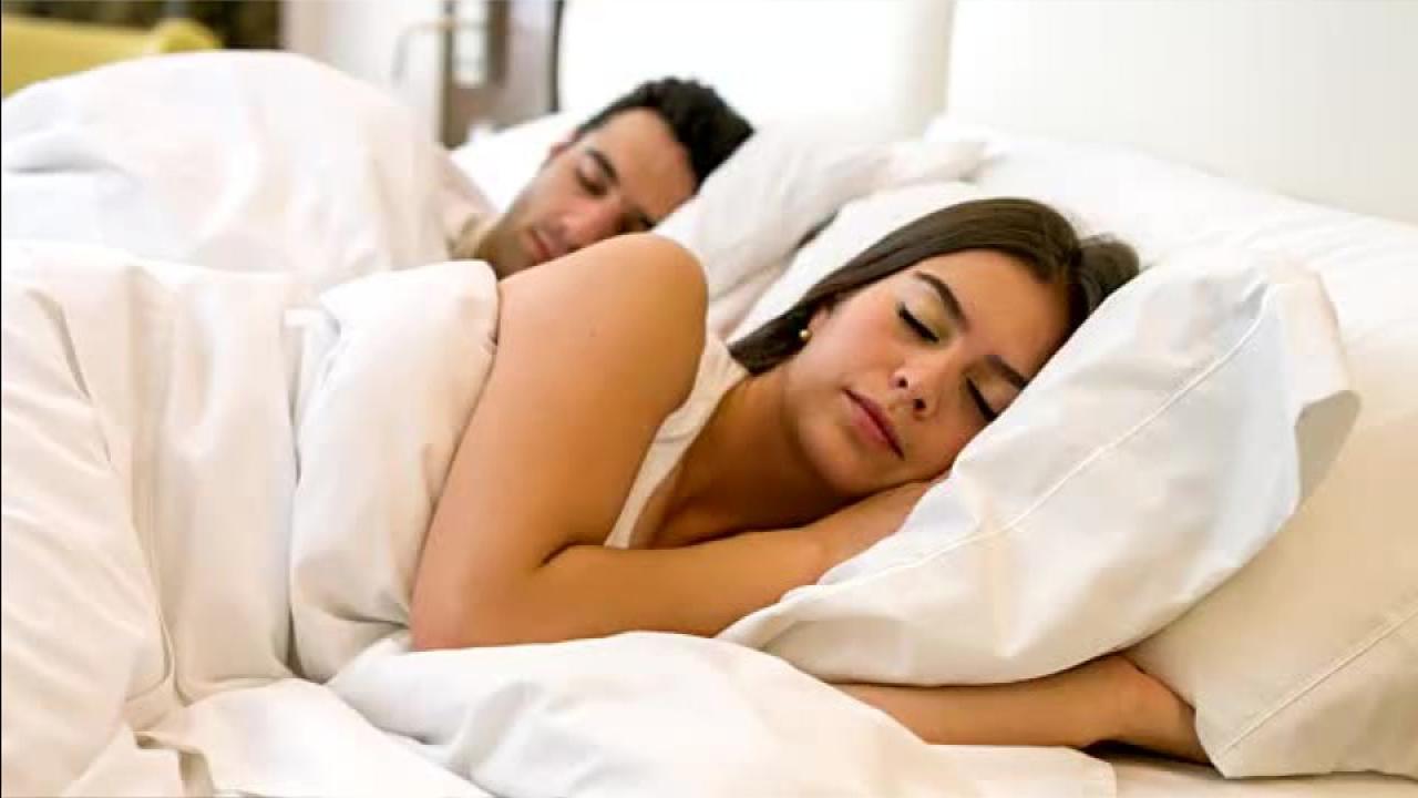 Rücken, Schulter und Nacken: Beschwerden mit der richtigen Schlafposition heilen – Video