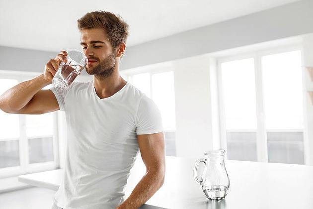 Diese Folgen hat es, wenn Sie morgens ein Glas Wasser trinken