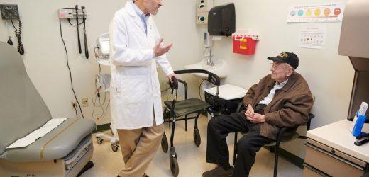 Arzt, deren Eltern überlebten den Holocaust befriedigt zur Behandlung von Veteranen