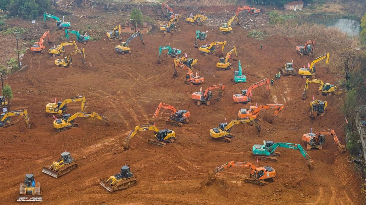Dutzende Bagger im Einsatz: China will zwei Krankenhäuser in wenigen Tagen errichten