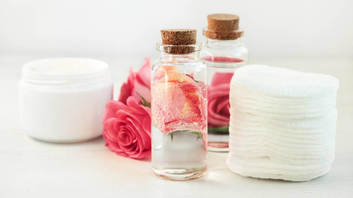 Natürliche Kosmetik: Darum fördert Rosenwasser ein gesundes Hautbild