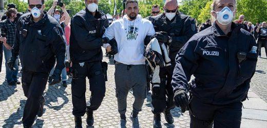 """Polizei führt Attila Hildmann bei Demo ab – Trump: Merkel sieht die USA als """"Anführer"""""""