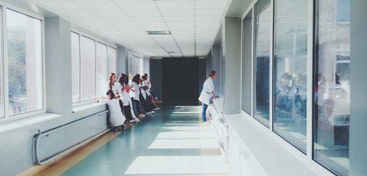 Einige Patienten wieder in Krankenhäuser, um endlich das Knie-Ersatz, andere bleiben vorsichtig von elektiven Operationen.